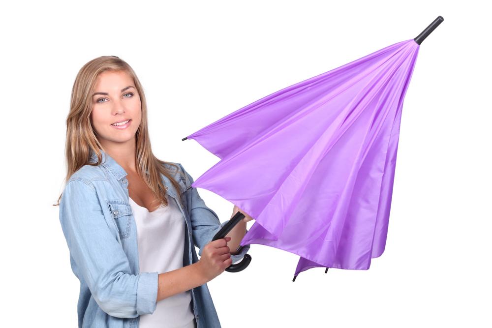 Bukalah payung secara perlahan dengan menggoyang-goyangkannya