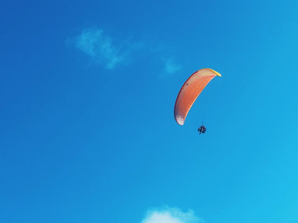 Bermain Paralayang di Pantai Pandawa Bali